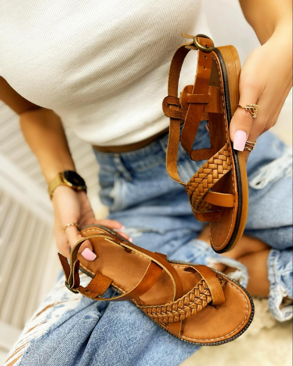 LEATHER FLAT KNITTED TOE LOOP SANDALS  - CAMEL
