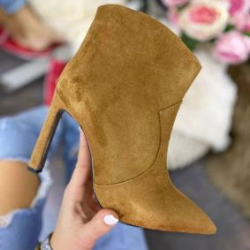 SPIKE ANKLE BOOTS WHIT THIN HEEL - CAMEL