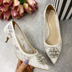 LACE STILETTO SHOES WITH BROOCH - WHITE