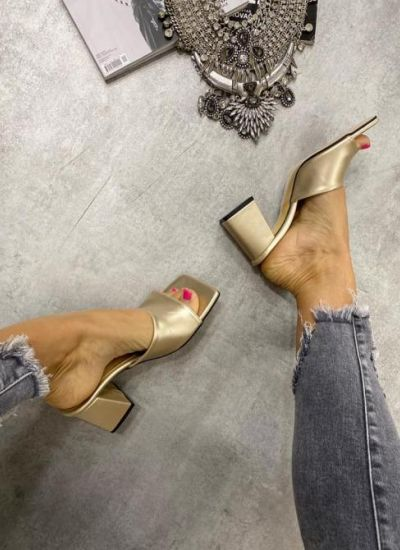 MULES WITH THICK HEEL - GOLD