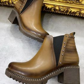 ANKLE BOOTS WITH LOW BLOCK HEEL AND RIVETS - BROWN