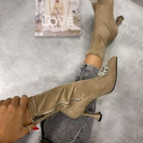 VELOUR ANKLE BOOTS WITH THIN HEEL AND BROOCH - BEIGE
