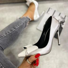 POINTED STILETTO SHOES WITH THIN HEEL AND BOW -  SILVER/WHITE