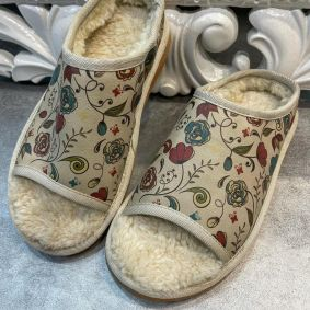 SLIPPERS WITH FUR AND FLOWER PRINT - BEIGE