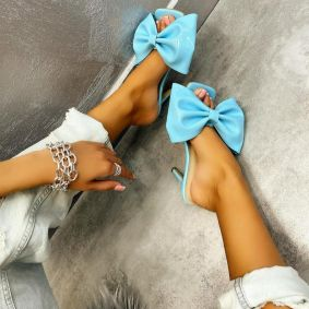 PATENT MULES WITH THIN HEEL AND BOW - BLUE