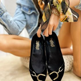 PLUSH FLATS WITH ORNAMENTS - BLACK
